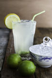 Limonata di rinfresco casalinga fresca con le calce ed i cubetti di ghiaccio Fotografia Stock Libera da Diritti