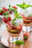 Limonata di rinfresco dell'agrume e della fragola con la menta in vetri Immagine Stock Libera da Diritti