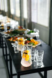 Limonata e vetri su una tavola nera festival Articolo da cucina alla moda Fotografie Stock Libere da Diritti