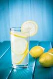 Limonata fresca con il limone su fondo di legno Fotografia Stock Libera da Diritti