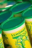 Limonata fresca da vendere in tazza Fotografia Stock Libera da Diritti