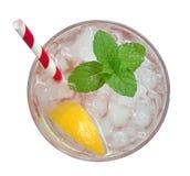 Limonata fresca del cocktail, soda del limone del miele con la fetta gialla della calce e vista superiore della menta isolate su  Fotografia Stock Libera da Diritti