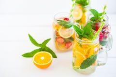 Limonata fresca ghiacciata casalinga con la menta, i frutti di estate e il berrie immagine stock libera da diritti