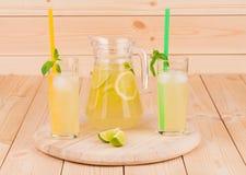 Limonata fresca sulla tavola di legno Fotografia Stock Libera da Diritti
