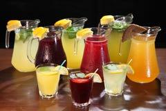 Limonata nella brocca e nei limoni con la menta sulla tavola dell'interno Estinzione della sete e rinfrescare le bevande immagini stock