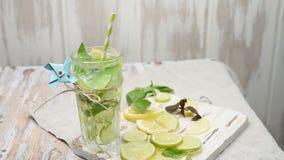 Limonata o cocktail di mojito con il limone, la limetta ed il basilico archivi video