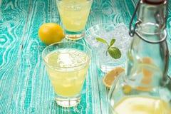 Limonata o limoncello in bottiglia del tappo del giogo Fotografia Stock Libera da Diritti