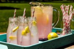 Limonata rosa schiacciata fresca sul patio Immagini Stock Libere da Diritti