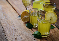 Limoncello, Italiaanse likeur met citroenen stock foto