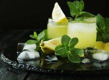 Limoncello, Italiaanse traditionele likeur met citroenen op de uitstekende lijst royalty-vrije stock afbeelding