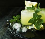 Limoncello, Italiaanse traditionele likeur met citroenen op de uitstekende lijst stock fotografie