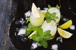 Limoncello, Italiaanse traditionele likeur met citroenen op de uitstekende lijst royalty-vrije stock fotografie