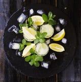 Limoncello, Italiaanse traditionele likeur met citroenen op de uitstekende lijst royalty-vrije stock foto