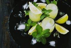 Limoncello, Italiaanse traditionele likeur met citroenen op de uitstekende lijst stock afbeelding