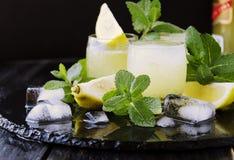 Limoncello, Italiaanse traditionele likeur met citroenen op de uitstekende lijst stock afbeeldingen