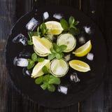 Limoncello, Italiaanse traditionele likeur met citroenen op de uitstekende lijst stock foto