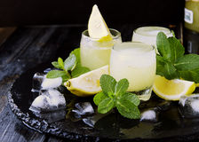 Limoncello, Italiaanse traditionele likeur met citroenen op de uitstekende lijst royalty-vrije stock foto's