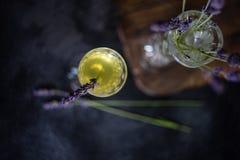 Limoncello italiano tradicional da bebida do alcoho imagens de stock
