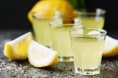 Limoncello tradicional italiano del licor con el limón Foto de archivo libre de regalías