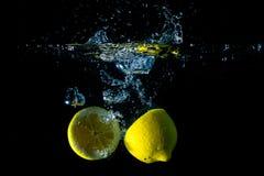 Limone in acqua fotografia stock libera da diritti