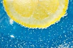 Limone in acqua minerale Fotografia Stock Libera da Diritti