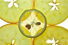 Limone affettato ed Apple isolati su bianco Fotografia Stock