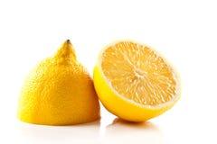Limone affettato isolato su bianco fotografie stock