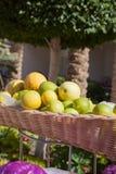 Limone alla linea del buffet nel ramo dell'hotel Merce nel carrello fresca del limone e colpo del fuoco selettivo Fotografia Stock Libera da Diritti