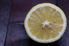 Limone aperto tagliando su fondo di legno di mogano fotografia stock