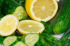 Limone, cetrioli e verdi freschi Fotografia Stock Libera da Diritti