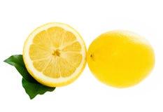 Limone con la fetta delle foglie isolata Fotografia Stock