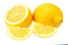 Limone con le fette isolate su fondo bianco Alimento sano fotografie stock