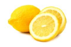 Limone con le fette isolate su fondo bianco Alimento sano fotografie stock libere da diritti