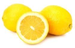 Limone con le fette isolate su fondo bianco Alimento sano fotografia stock libera da diritti