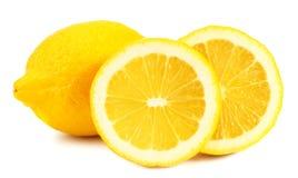 Limone con le fette isolate su fondo bianco Alimento sano fotografia stock