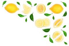 Limone decorato con le foglie verdi isolate su fondo bianco con lo spazio della copia per il vostro testo Vista superiore Disposi Immagini Stock Libere da Diritti