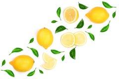 Limone decorato con le foglie verdi isolate su fondo bianco con lo spazio della copia per il vostro testo Vista superiore Disposi Immagine Stock