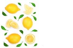 Limone decorato con le foglie verdi isolate su fondo bianco con lo spazio della copia per il vostro testo Vista superiore Disposi Fotografia Stock