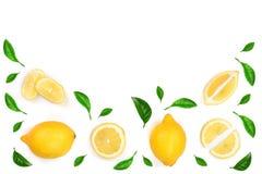 Limone decorato con le foglie verdi isolate su fondo bianco con lo spazio della copia per il vostro testo Vista superiore Disposi Fotografie Stock Libere da Diritti