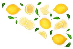 Limone decorato con le foglie verdi isolate su fondo bianco con lo spazio della copia per il vostro testo Vista superiore Disposi Fotografia Stock Libera da Diritti