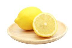 Limone due in piatto di legno isolato su bianco Immagine Stock