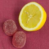 Limone e caramella sulla tovaglia Immagini Stock