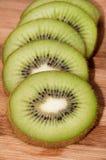 Limone e kiwi affettati su un bordo di legno Fotografie Stock Libere da Diritti