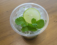 Limone e menta affettati su ghiaccio fotografia stock