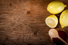 Limone e miele su una tavola di legno Fotografia Stock Libera da Diritti