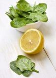 Limone e spinaci Fotografie Stock Libere da Diritti