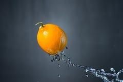 Limone e spruzzata di acqua Fotografie Stock Libere da Diritti