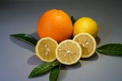 Limone ed arancia organici sui precedenti grigi - Fotografia Stock