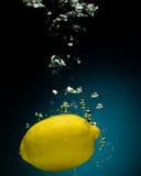 Limone fresco in acqua Fotografia Stock Libera da Diritti