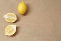 Limone fresco che si trova su una superficie della tela di sacco immagini stock